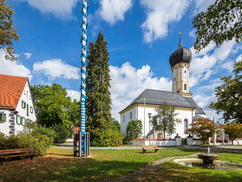 Dorfplatz, Kirche, Maibaum Erpfting