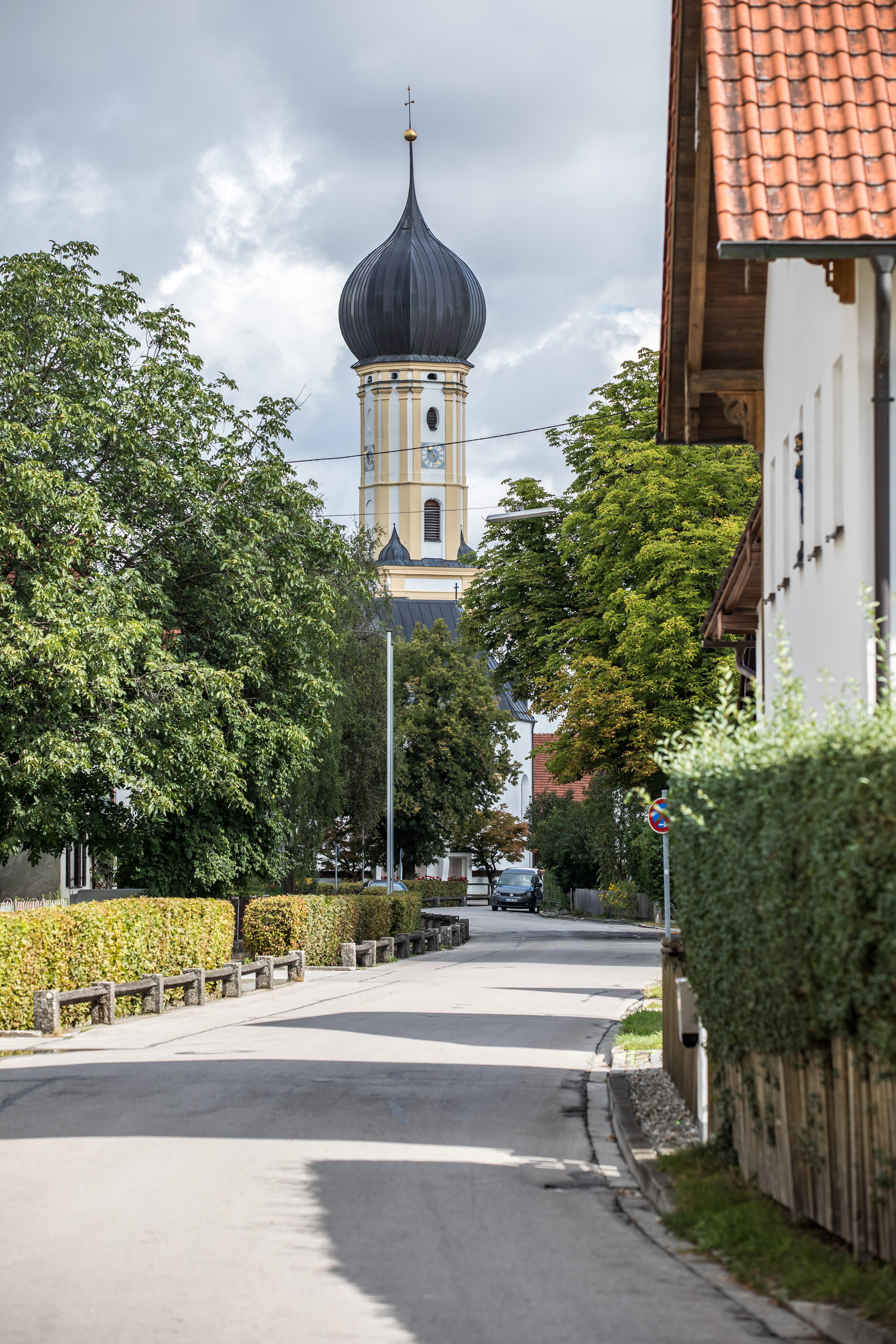 Hauptstraße in Erpfting mit Kirche