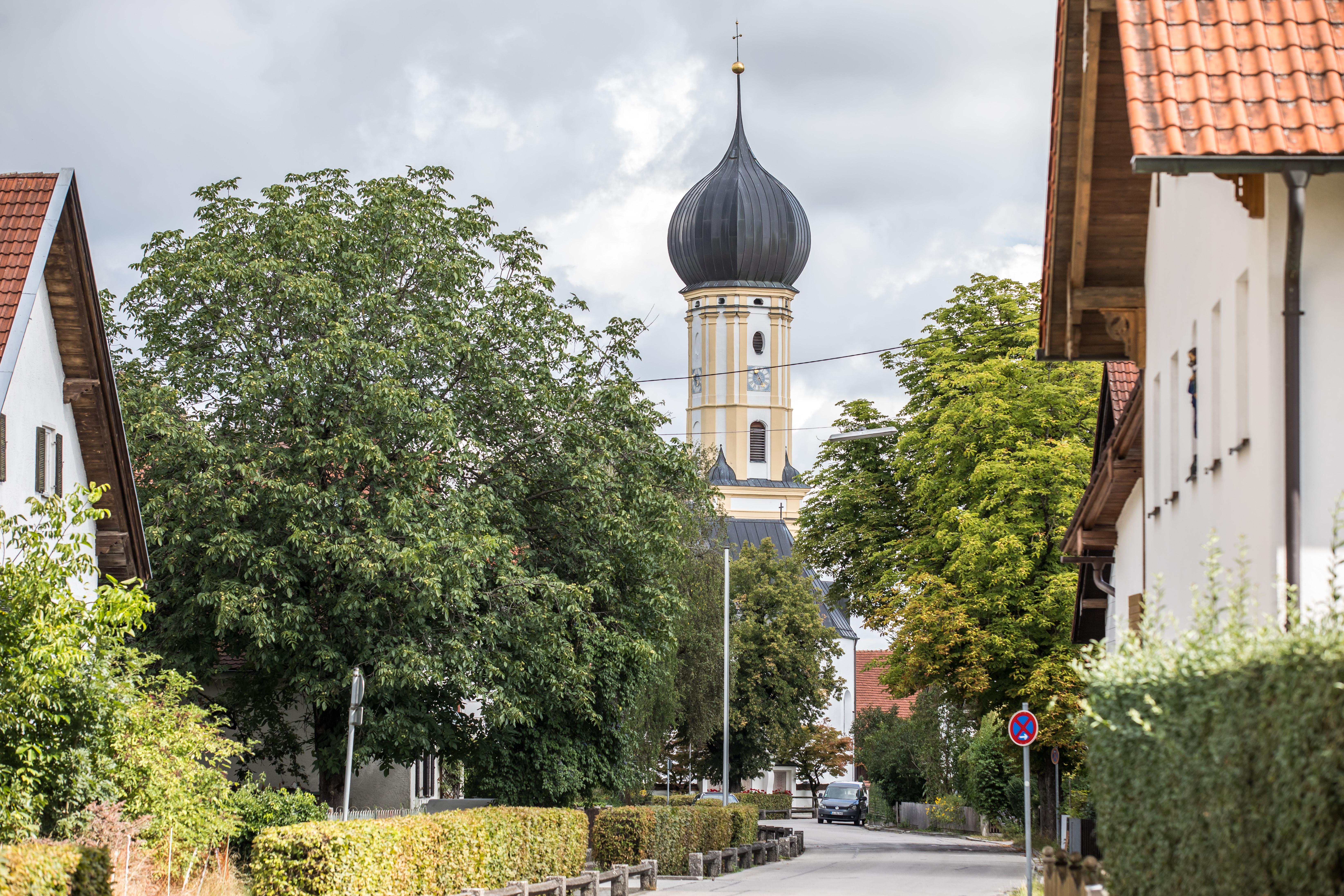 Hauptstraße Erpfting mit Kirche
