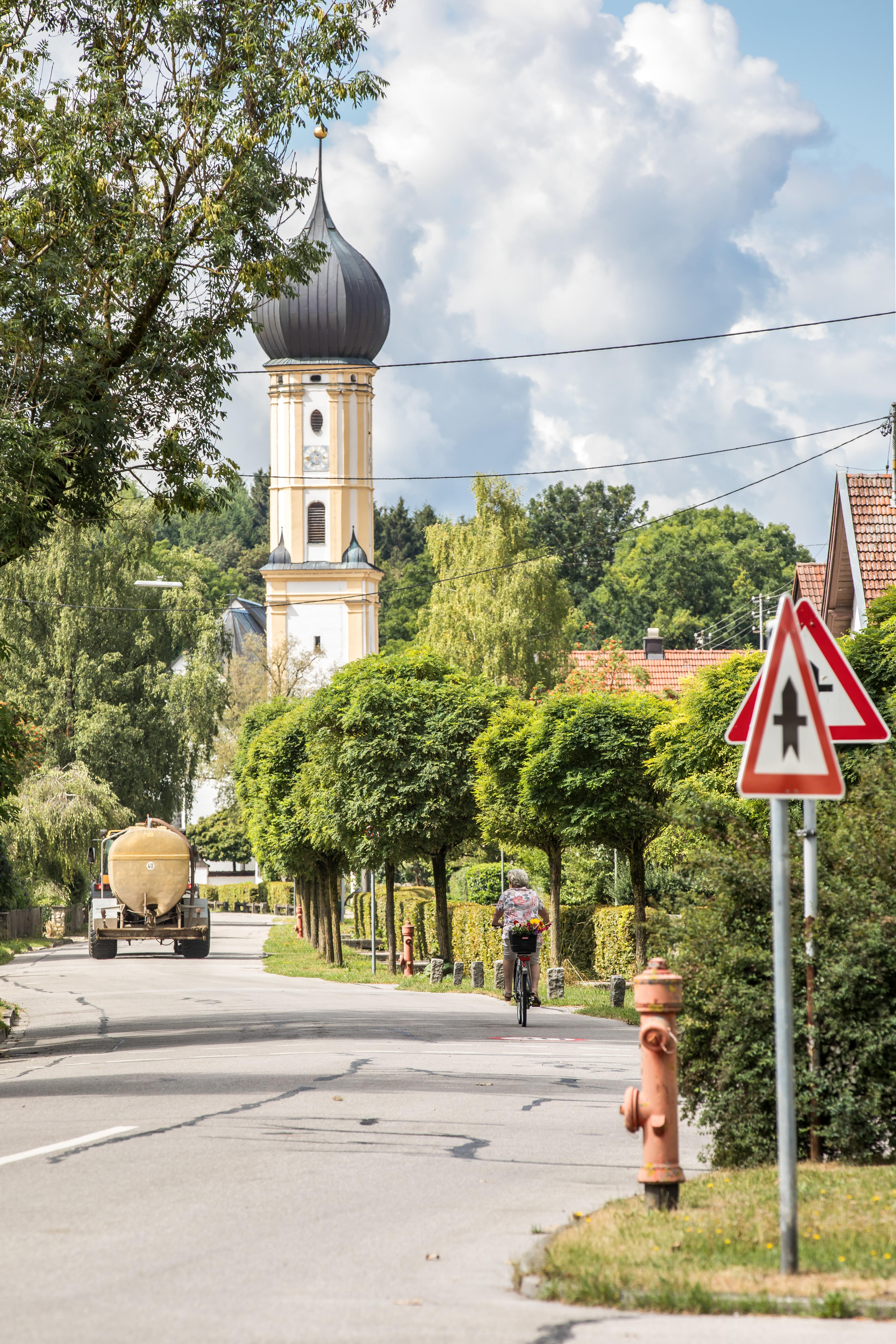 Erpfting Hauptstraße mit Blick zur Kirche