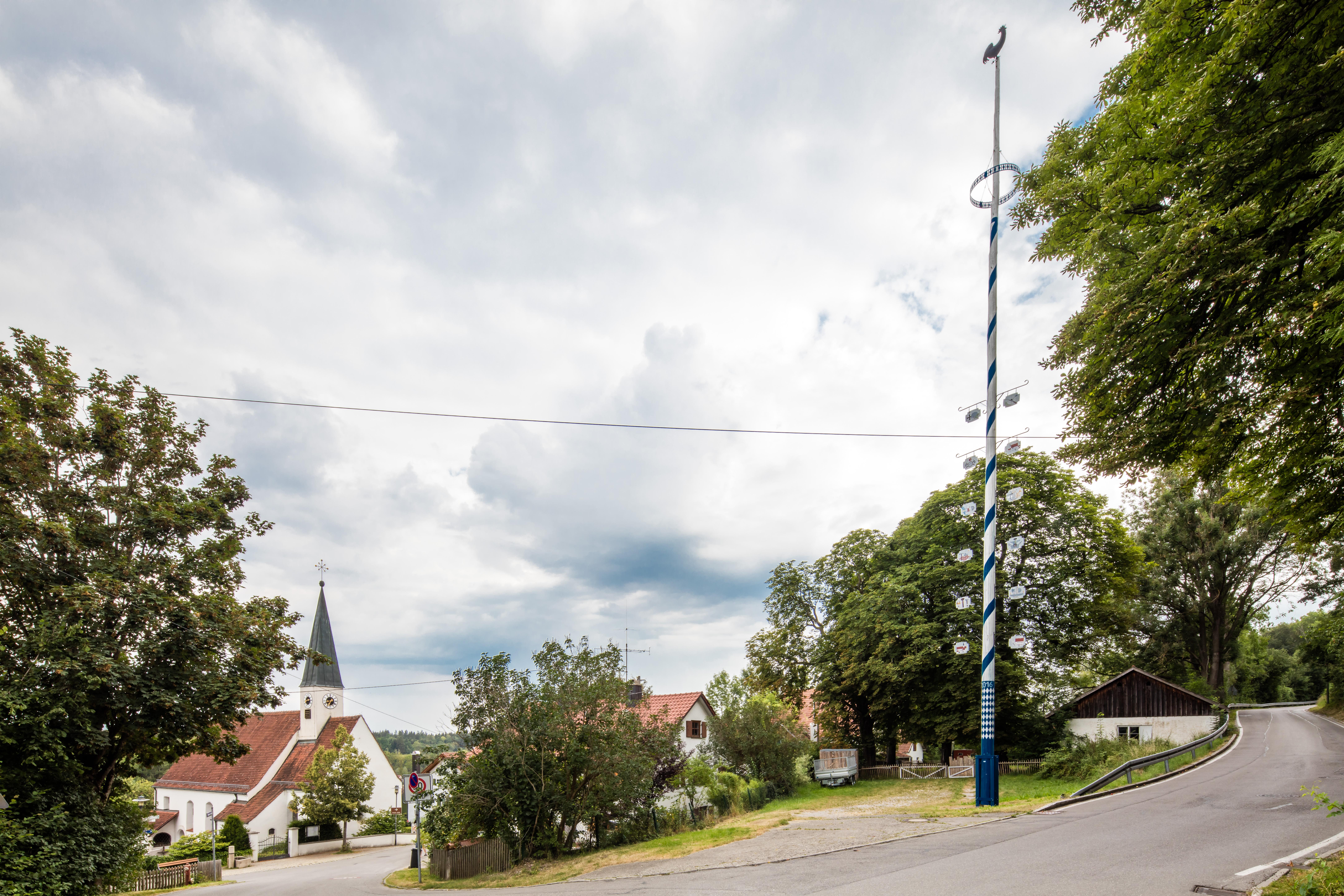 Blick auf Kirche und Maibaum Pitzling